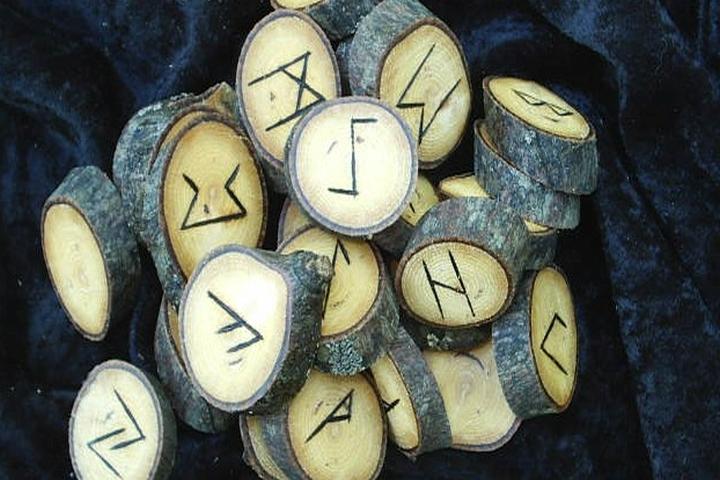 Futhark runen noxmagica - viking - intentiedenken - chaosmagie - wicca - santeria - voodoo - new age - toekomstvoorspellen - spreuken - spells - magie - waarzeggerij - magick